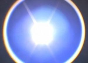 O lanterna de auto-aparare, cu peste 150 de lumeni, il poate dezorienta pe atacator.
